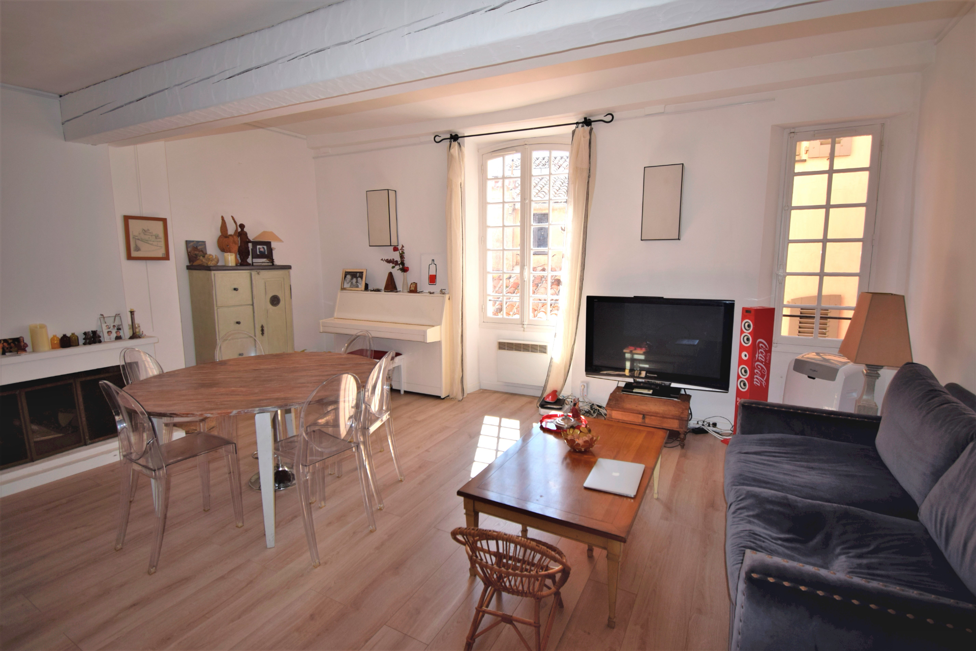 RARE, CENTRE HISTORIQUE DU VILLAGE, BEL APPARTEMENT TRAVERSANT