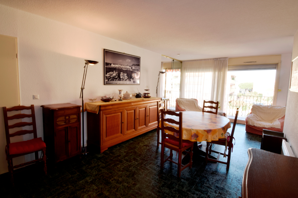 APARTMENT TWO STEPS FROM THE PORT IN A GUARDED RESIDENCE 3/9